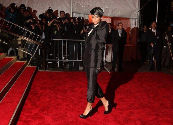 Saggia Rihanna: esce allo scoperto ma con la corazza